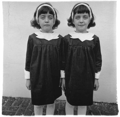 Jumelles identiques, Roselle, N.J. 1967 Copyright © The Estate of Diane Arbus